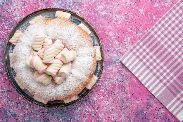 ピンクの表面にマシュマロと砂糖粉ケーキの上面図