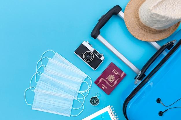 医療用マスクセットの横にあるスーツケースやその他の旅行用品の平面図