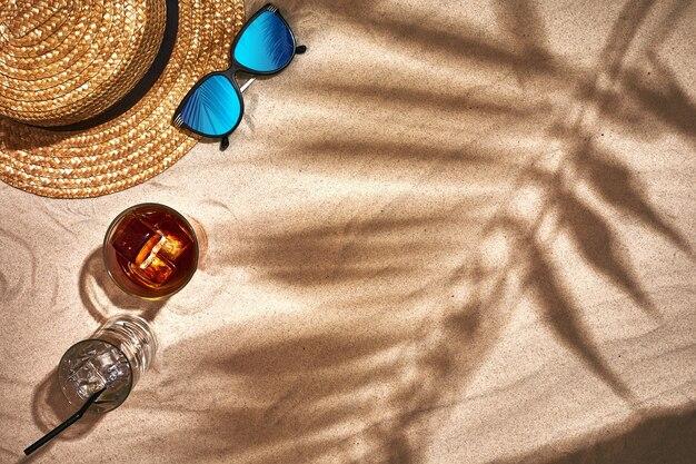 모래 해변에서 여름 액세서리의 상위 뷰