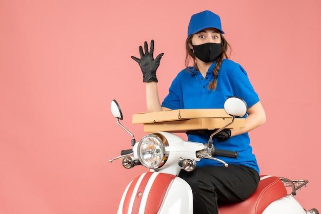 医療用マスクを着用した驚く女性宅配便のトップ ビュー