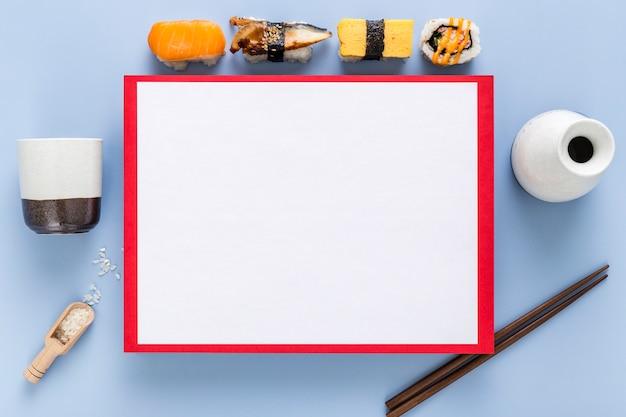 Вид сверху суши с пустым меню и палочками