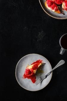 Вид сверху сладких запеченных груш с маскарпоне, карамельным сиропом и клубничным джемом