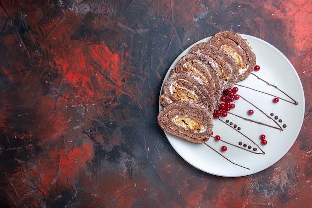 달콤한 비스킷의 상위 뷰 롤 슬라이스 크림 케이크