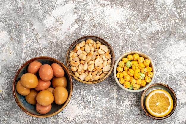 흰색 표면에 견과류와 레몬 달콤한 사탕의 상위 뷰