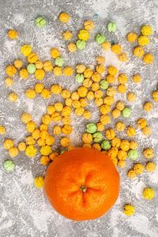 白い表面にオレンジ色の甘いキャンディーの上面図