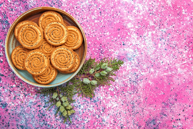 밝은 분홍색 표면에 달콤한 쿠키의 상위 뷰