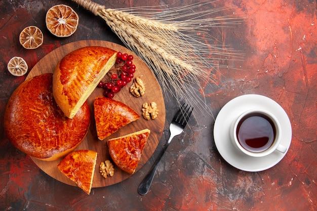 Вид сверху сладких пирогов с чашкой чая