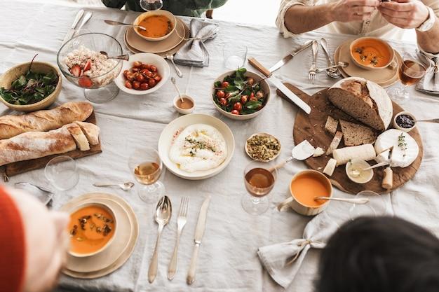 맛있는 음식이 가득한 테이블의 상위 뷰