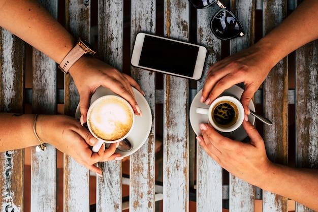 コーヒーと友人のカップルが飲み物と休憩を楽しんでいるテーブルの上面図