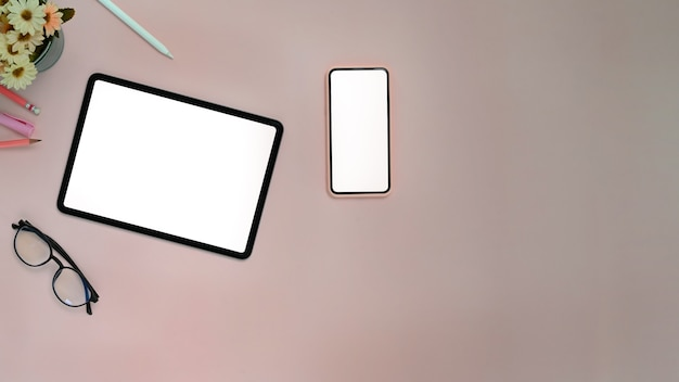 테이블에 태블릿과 스마트 폰의 상위 뷰