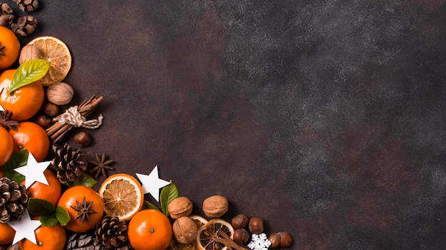 Вид сверху табжеринов с шишками и грецкими орехами на рождество