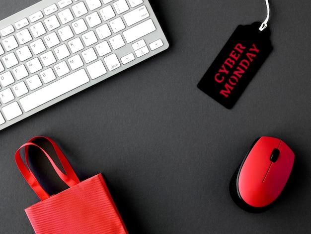 Вид сверху тега для кибер-понедельника с клавиатурой и мышью