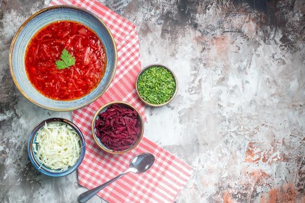 Вид сверху вкусного борща украинский свекольный суп внутри тарелки на белой поверхности