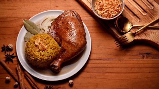 향신료에 절인 쌀과 함께 맛있는 치킨 비리 야니의 상위 뷰
