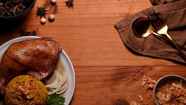スパイスでマリネしたご飯とおいしいチキンビリヤニの上面図