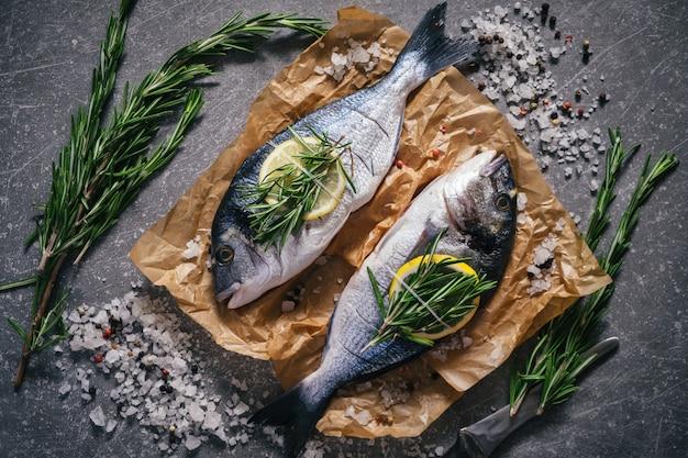 Вид сверху вкусной рыбы дорадо со специями готовится к приготовлению
