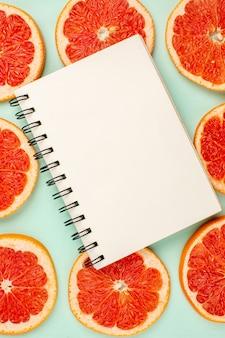 水色の表面に並ぶおいしいフレッシュグレープフルーツの上面図
