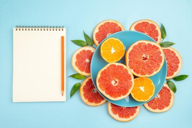青い表面のおいしいグレープフルーツフルーツスライスの上面図