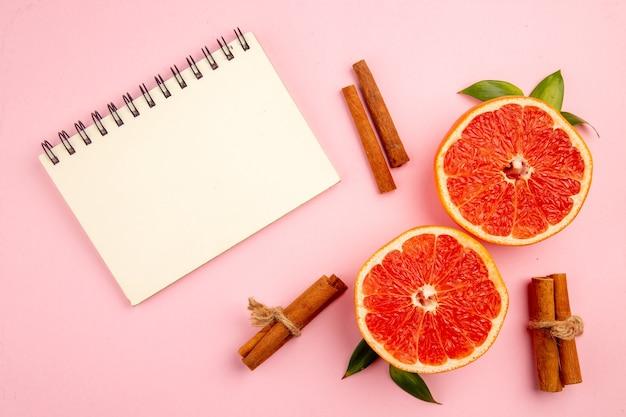 ピンクの表面においしいグレープフルーツのフルーツスライスの上面図