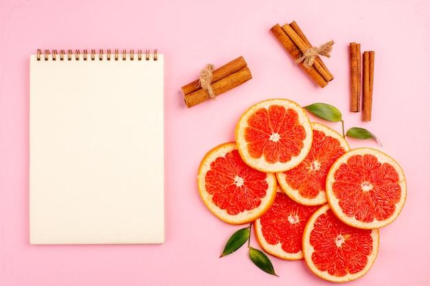ピンクの表面においしいグレープフルーツジューシーなフルーツスライスの上面図