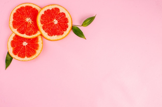ピンクの表面においしいグレープフルーツの上面図