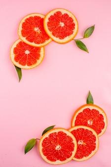 ピンクの表面にシナモンとおいしいグレープフルーツの上面図