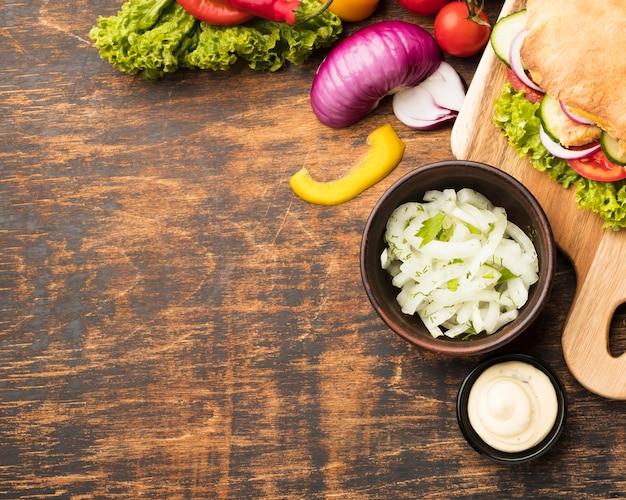 Вид сверху вкусного шашлыка с овощами и копией пространства