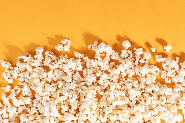 오렌지에 맛있는 팝콘의 최고 볼 수 있습니다. 영화의 개념.