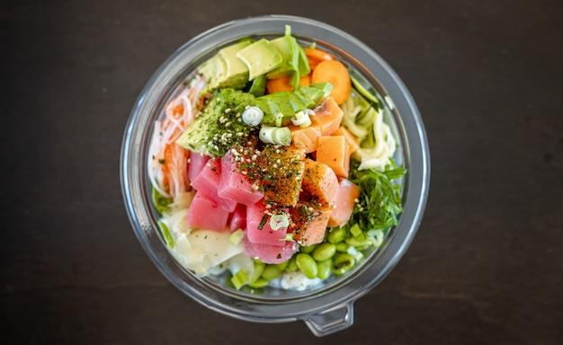 Вид сверху вкусного салата из морепродуктов с авокадо и бобами эдамаме