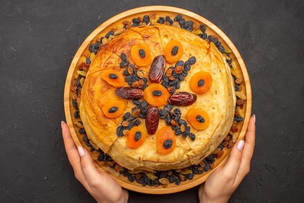 회색 표면에 건포도와 둥근 반죽 안에 맛있는 샤크 플 로브 밥을 요리 한 상위 뷰