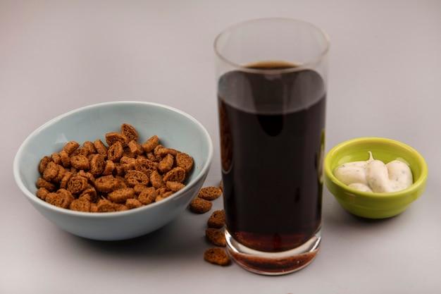 コーラとソースのグラスとボウルにおいしい小さなライ麦ラスクの上面図