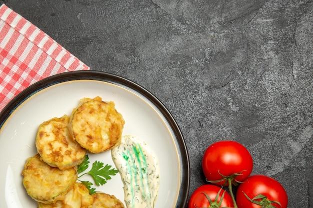 灰色の表面においしいスカッシュミールスライスした調理野菜の上面図