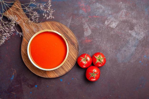 어둠에 신선한 토마토와 맛있는 토마토 수프의 상위 뷰