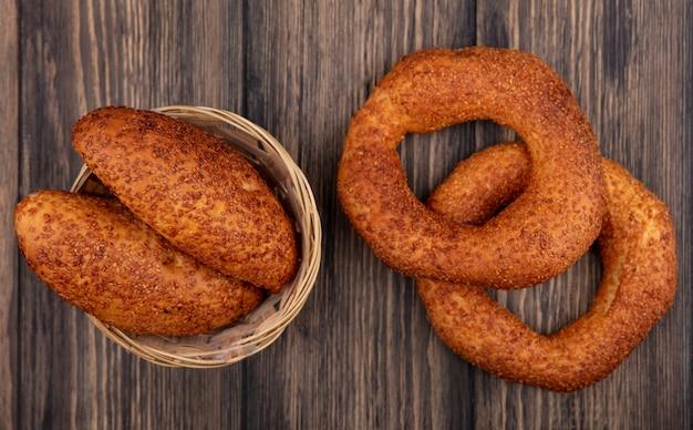 木製の背景の上のバケツにパテとおいしいトルコのベーグルの上面図