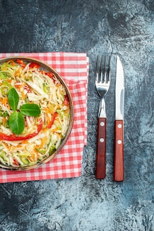 어두운 표면에 맛있는 야채 샐러드의 상위 뷰