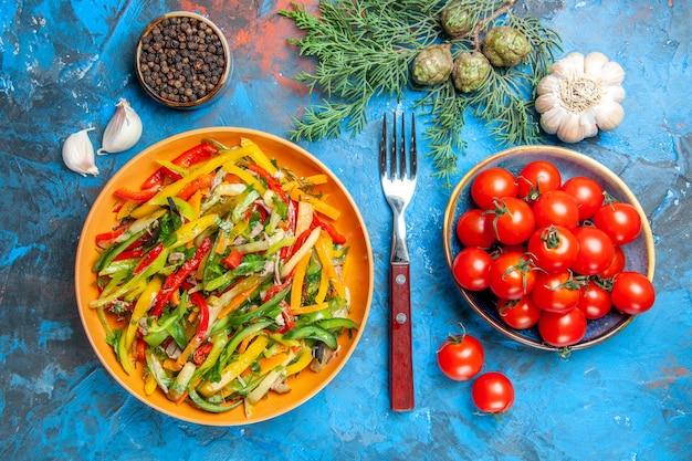 Вид сверху вкусного овощного салата на темной поверхности