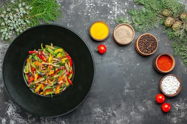 暗い表面のおいしい野菜サラダの上面図