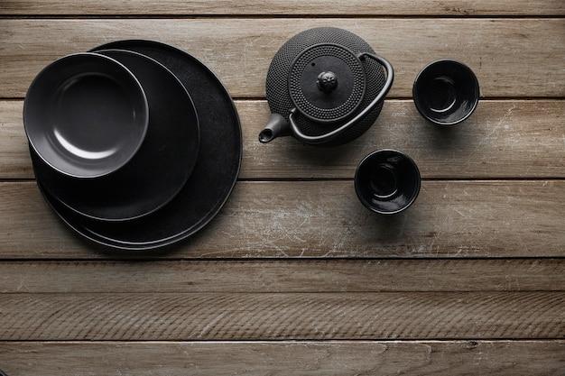 Вид сверху на чайник с посудой