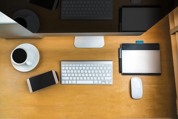 Вид сверху компьютера компьютера на деревянном столе