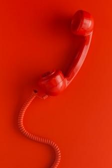 Вид сверху на телефонную трубку со шнуром