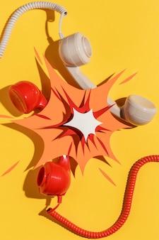 Вид сверху на телефонные трубки с бумажной формой