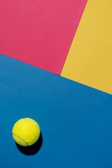 Вид сверху теннисного мяча с копией пространства