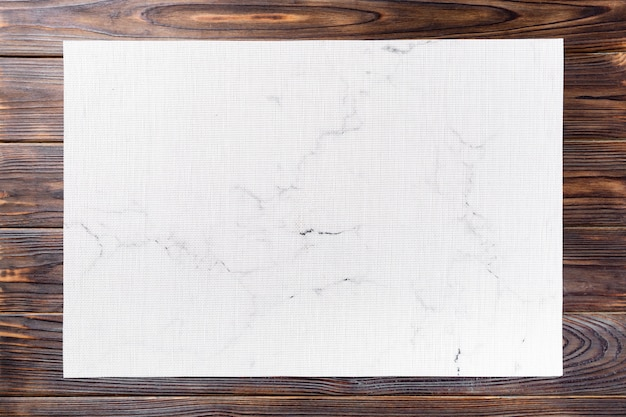 Вид сверху текстильной белой циновки на ужин