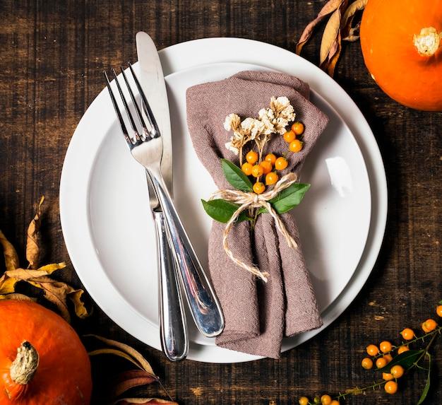 カトラリー付きの感謝祭のディナーテーブルアレンジのトップビュー