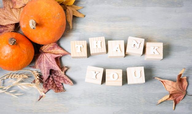 Вид сверху сообщения благодарения с осенними листьями и элементами