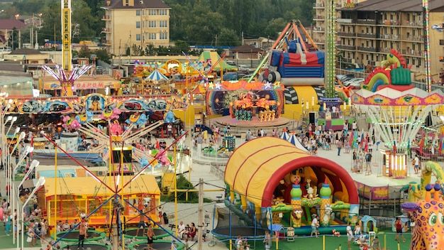 Вид сверху на парк развлечений с аттракционами.