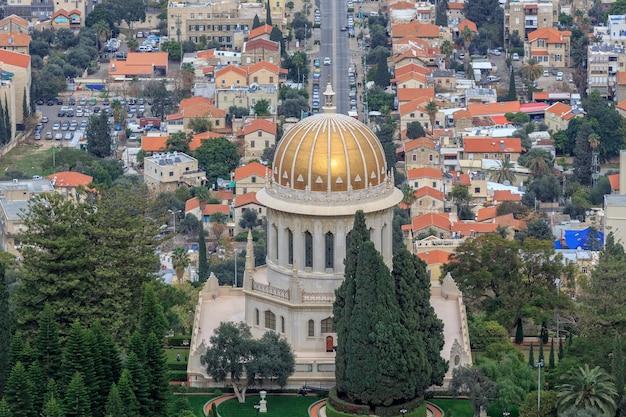 Вид сверху на сад бахаи и хайфа, израиль