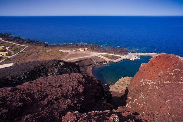Вид сверху на пляж cala pozzolana di ponente с вершины вулкана монте-неро, линоза, сицилия