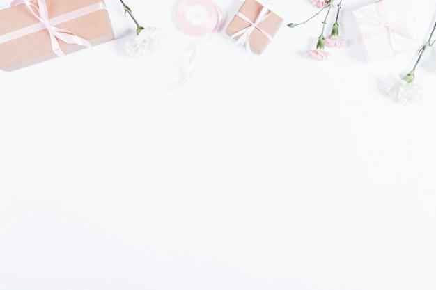 흰색 테이블에 선물, 리본 및 꽃 상자의 상위 뷰