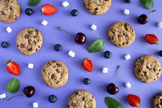 バイオレットのチョコレートクッキーとフルーツのトップビュー